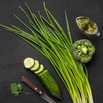 Vue de dessus de la ciboulette avec concombre et brocoli