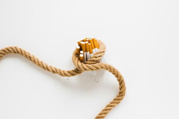 Vue de dessus des cigarettes attachées par une corde