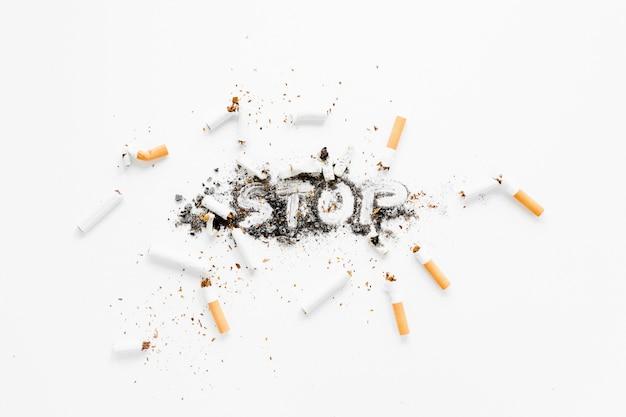 Vue de dessus cigarettes et cendres
