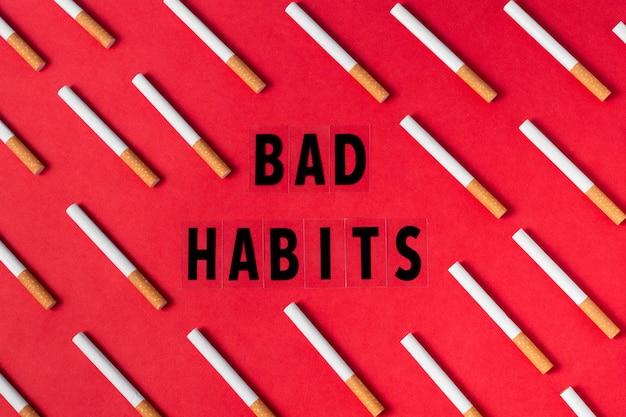 Vue de dessus des cigarettes sur fond rouge