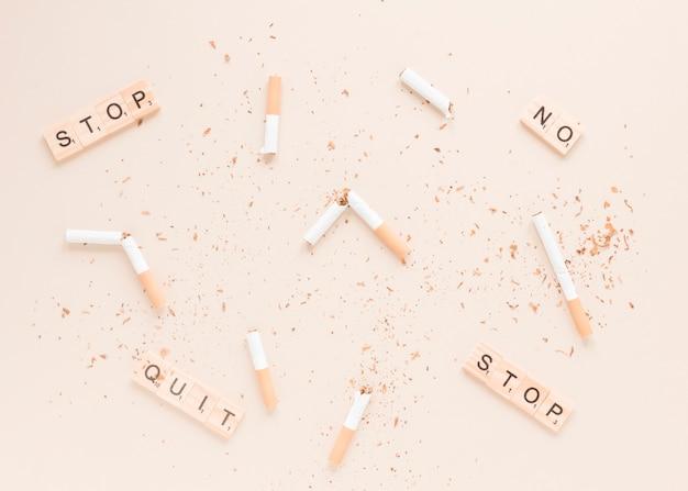 Vue de dessus des cigarettes avec des mots