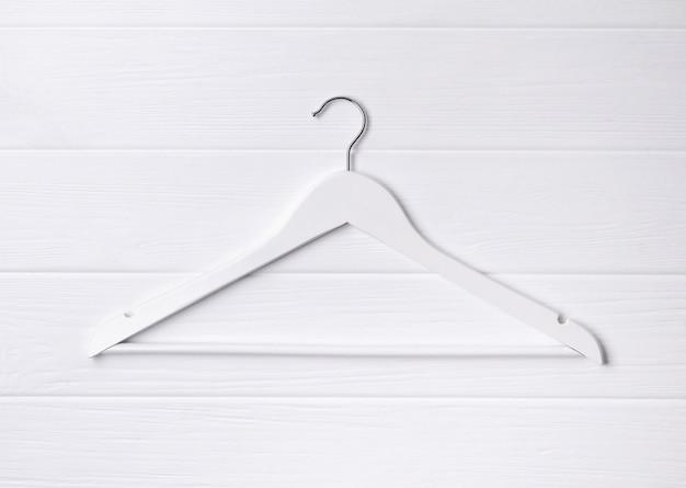 Vue de dessus cintre en bois simple poser à table blanche.