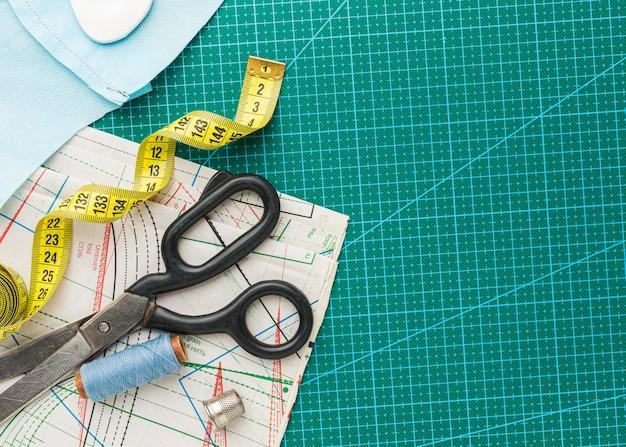 Vue de dessus des ciseaux avec ruban à mesurer et fil