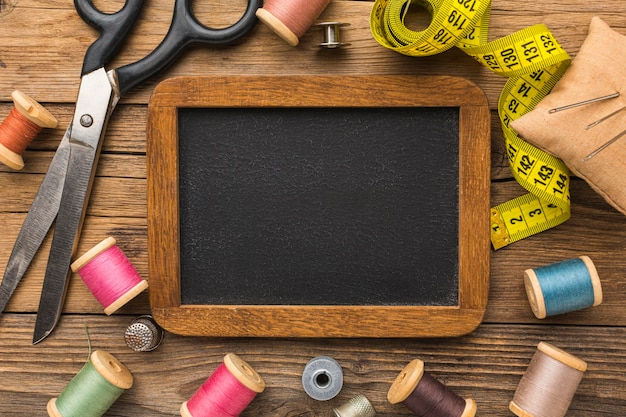 Vue de dessus des ciseaux avec ruban à mesurer et tableau noir