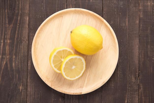 Vue de dessus des citrons frais sur bois