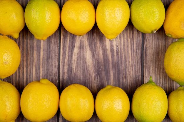 Vue de dessus de citrons mûrs frais isolés sur rustique avec espace copie