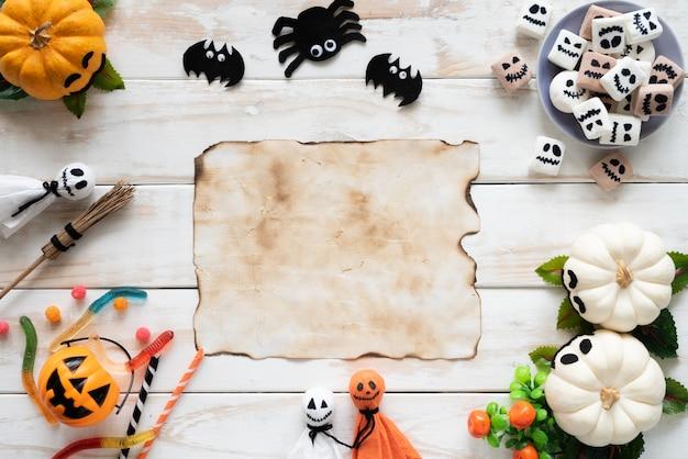 Vue de dessus des citrouilles fantômes blancs et jaunes, artisanat d'halloween sur fond en bois blanc