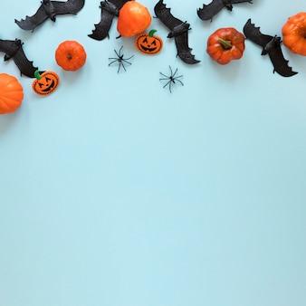 Vue de dessus des citrouilles d'halloween et des chauves-souris avec espace de copie
