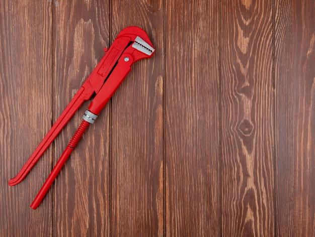 Vue de dessus de la clé à tube sur le côté gauche et fond en bois avec espace copie