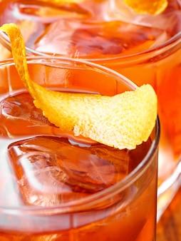 Vue de dessus de cocktail negroni, gros plan.