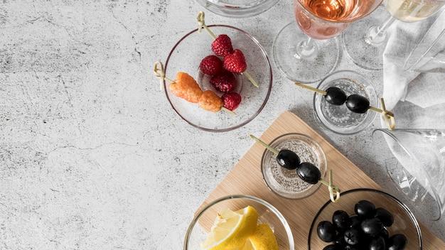 Vue de dessus des cocktails de boissons alcoolisées