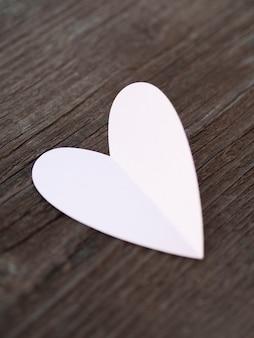 Vue de dessus coeur blanc sur table