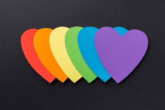 Vue de dessus coeurs en papier coloré