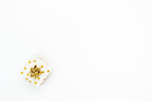 Vue de dessus d'un coffret cadeau en pointillé doré sur fond blanc. espace de copie.