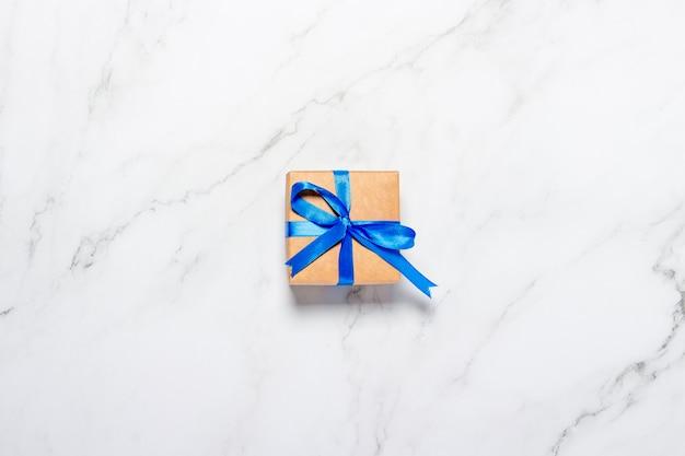 Vue de dessus sur les coffrets cadeaux sur fond de marbre