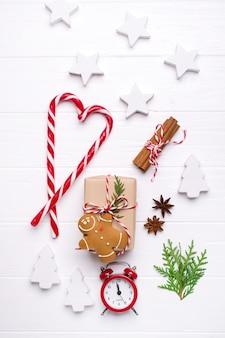 Vue de dessus coffrets cadeaux et ornements pour noël