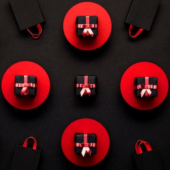 Vue de dessus des coffrets cadeaux rouges et noirs