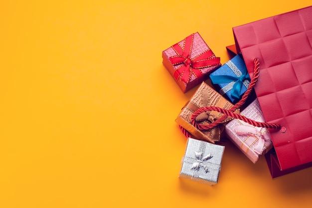 Vue de dessus des coffrets cadeaux sur table