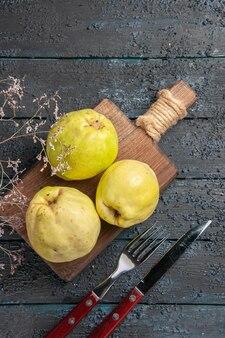 Vue de dessus coings frais fruits aigres et moelleux sur un bureau sombre arbre fruitier mûr frais