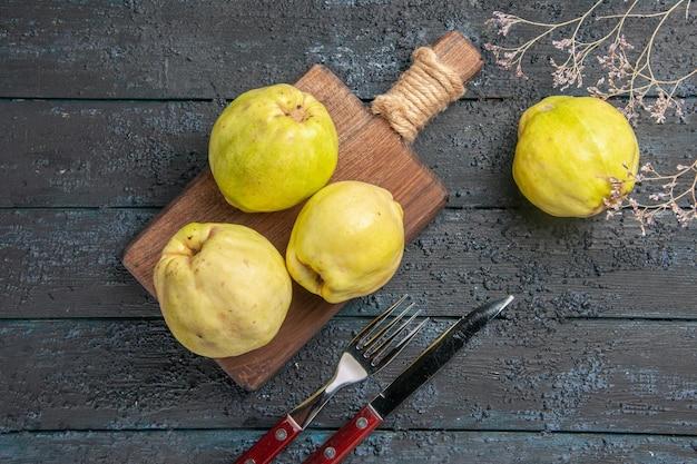 Vue de dessus des coings frais fruits moelleux et aigres sur un bureau bleu foncé plante de fruits aigres frais mûrs