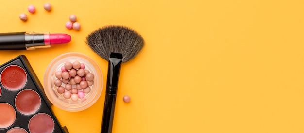 Vue de dessus collection d'accessoires de maquillage avec espace copie