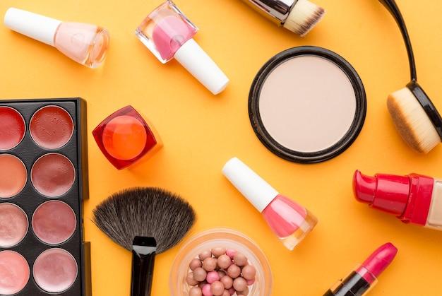 Vue de dessus collection d'accessoires de maquillage