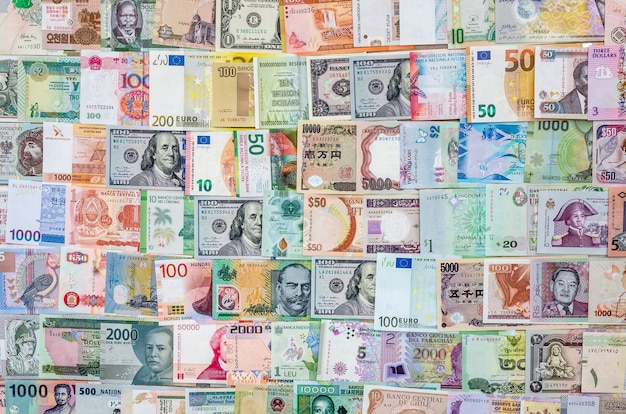 Vue de dessus de la collection de billets du monde.