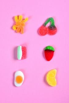 Vue de dessus de la collection de bonbons à la gelée rose