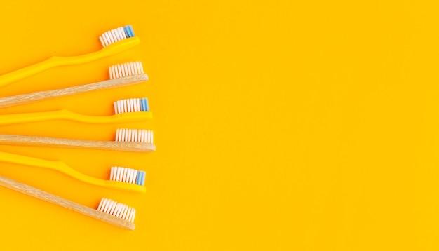 Vue de dessus collection de brosses à dents biologiques avec espace copie