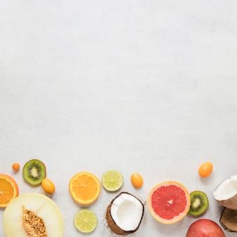 Vue de dessus collection de fruits exotiques avec espace copie