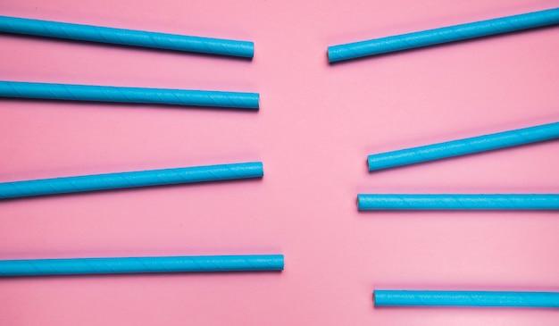 Vue de dessus collection de paille bleue en plastique