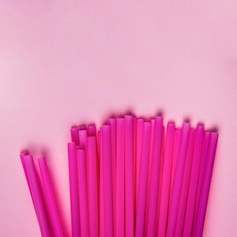 Vue de dessus collection de paille en plastique violet