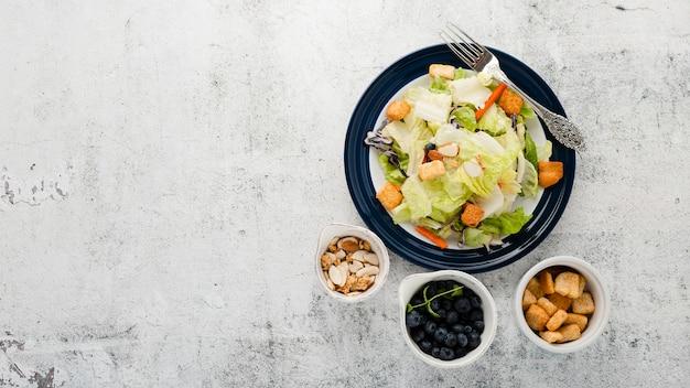 Vue de dessus collection de salade hachée avec fond
