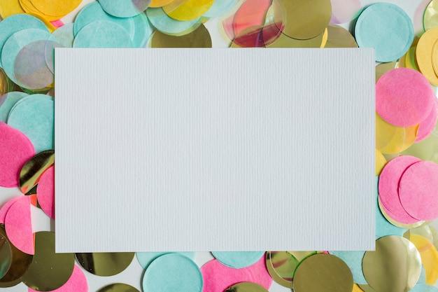 Vue de dessus coloré confetti doré avec du papier