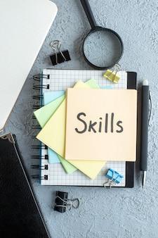 Vue de dessus compétences note écrite avec bloc-notes sur un fond clair travail bureau école cahier d'école college business couleurs