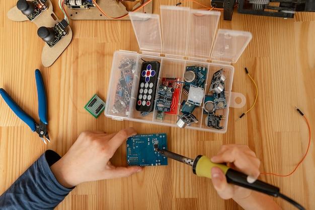 Vue de dessus des composants pour fabriquer un robot