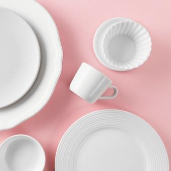 Vue de dessus de la composition de la belle vaisselle sur la table