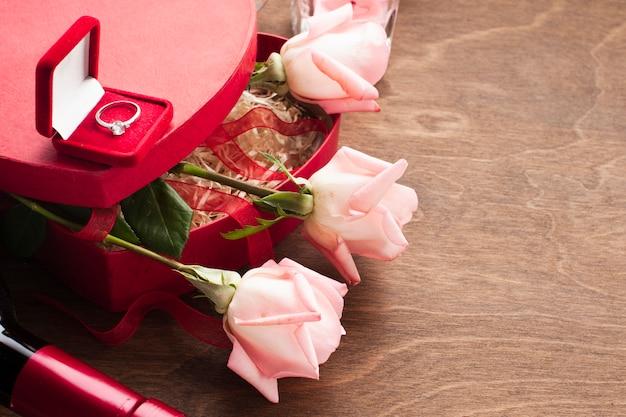 Vue de dessus composition avec coffret cadeau et bague de fiançailles