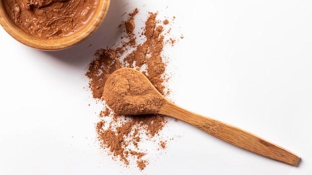 Vue de dessus composition cosmétique avec cuillère en bois