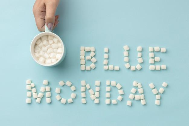 Vue de dessus de la composition du lundi bleu avec une tasse