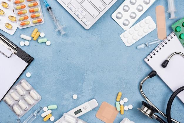 Vue de dessus la composition des éléments médicaux sur fond de ciment bleu