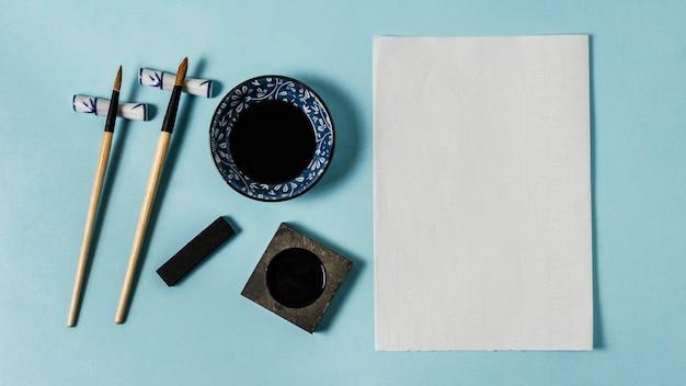 Vue de dessus composition d'encre de chine avec carte vide