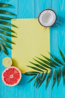 Vue de dessus de la composition de l'été avec espace pour les messages et les fruits