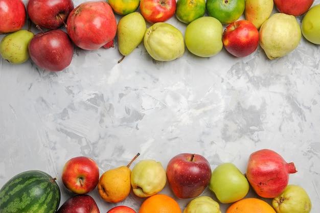 Vue de dessus de la composition de fruits frais sur fond blanc