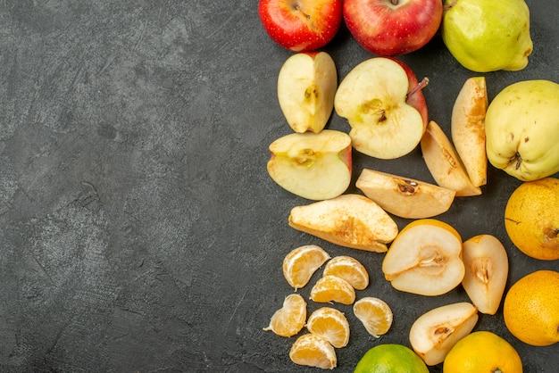 Vue de dessus de la composition des fruits frais sur le fond sombre