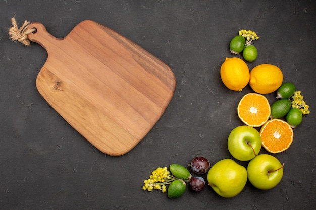 Vue de dessus composition de fruits frais fruits mûrs et moelleux sur une surface sombre fruits frais vitamines mûrs mûrs