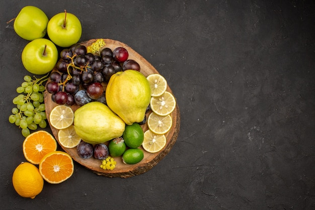 Vue de dessus composition de fruits frais moelleux et mûrs sur une surface sombre fruits mûrs moelleux santé frais