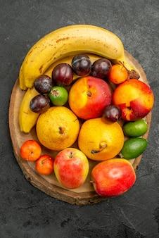 Vue de dessus de la composition des fruits fruits frais sur fond gris foncé