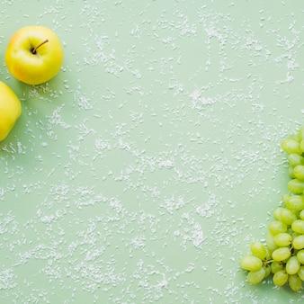 Vue de dessus de la composition avec des fruits et de la noix de coco râpée