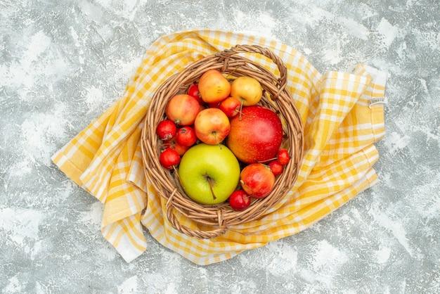 Vue de dessus de la composition des fruits prunes et pommes sur un espace blanc